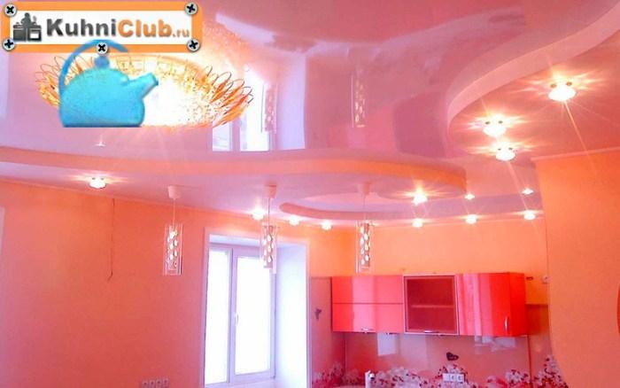 Розовый-потолок-розовой-кухни