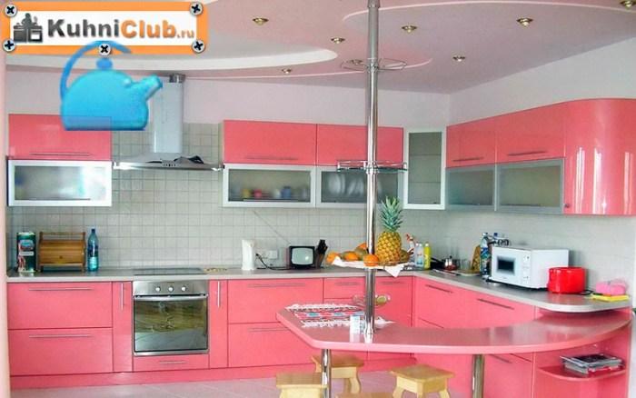 Бело-розовый-потолок-большой-розовой-кухни