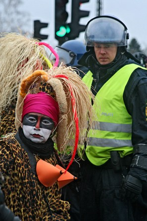 Loucas das Pedras Lilás feministinen teatteriryhmä osallistui keskiviikkona väkivallattomaan Reclaim Power -mielenosoitukseen eturivissä.