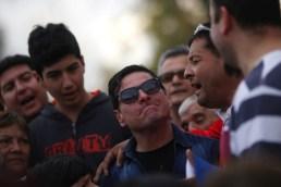 20 de Septiembre de 2015/SANTIAGO Cristian Peñailillo (c) es saludado por los asistentes durante el funeral del comentarista deportivo Eduardo Bonvallet, realizado en el cementerio parque del recuerdo. FOTO: PABLO VERA LISPERGUER/AGENCIAUNO