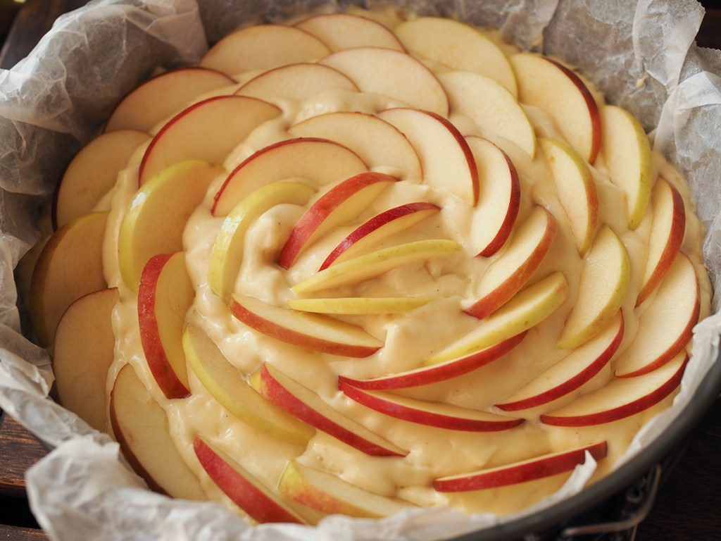 Omenalohkoista syntyy kakun pinnalle kaunis ruusukuvio.