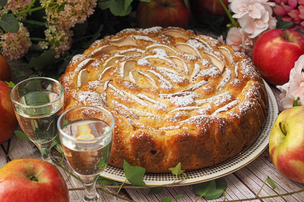 Mehevä italialainen mascarpone omenakakku syksyiseen kahvipöytään
