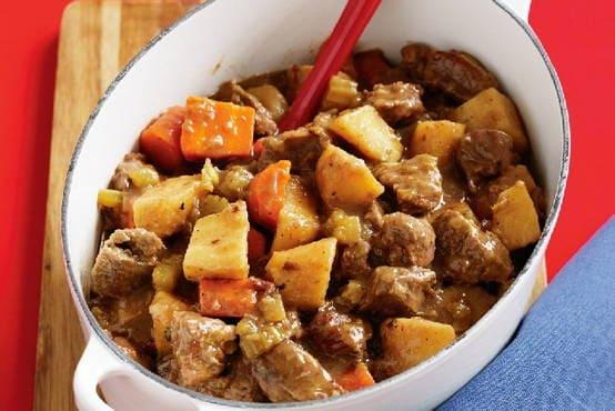 Кәстрөлде ет қосылған бұқтырылған картоп - 5 дәмді рецепт