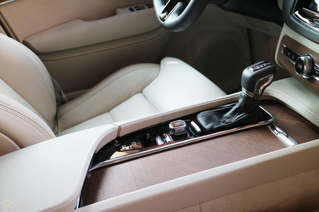 Kullakeks-Volvo-XC90-Testbericht-Familienautotest-Mittelarmkonsole