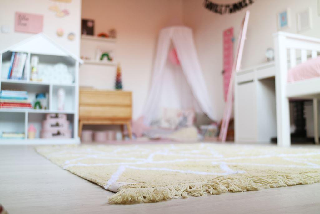 familienleben kindergarten schulkind in einem kinderzimmer. Black Bedroom Furniture Sets. Home Design Ideas