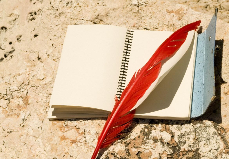 Libreta y pluma roja