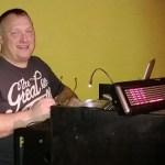 DJ Dieter hat Spaß bei der Arbeit