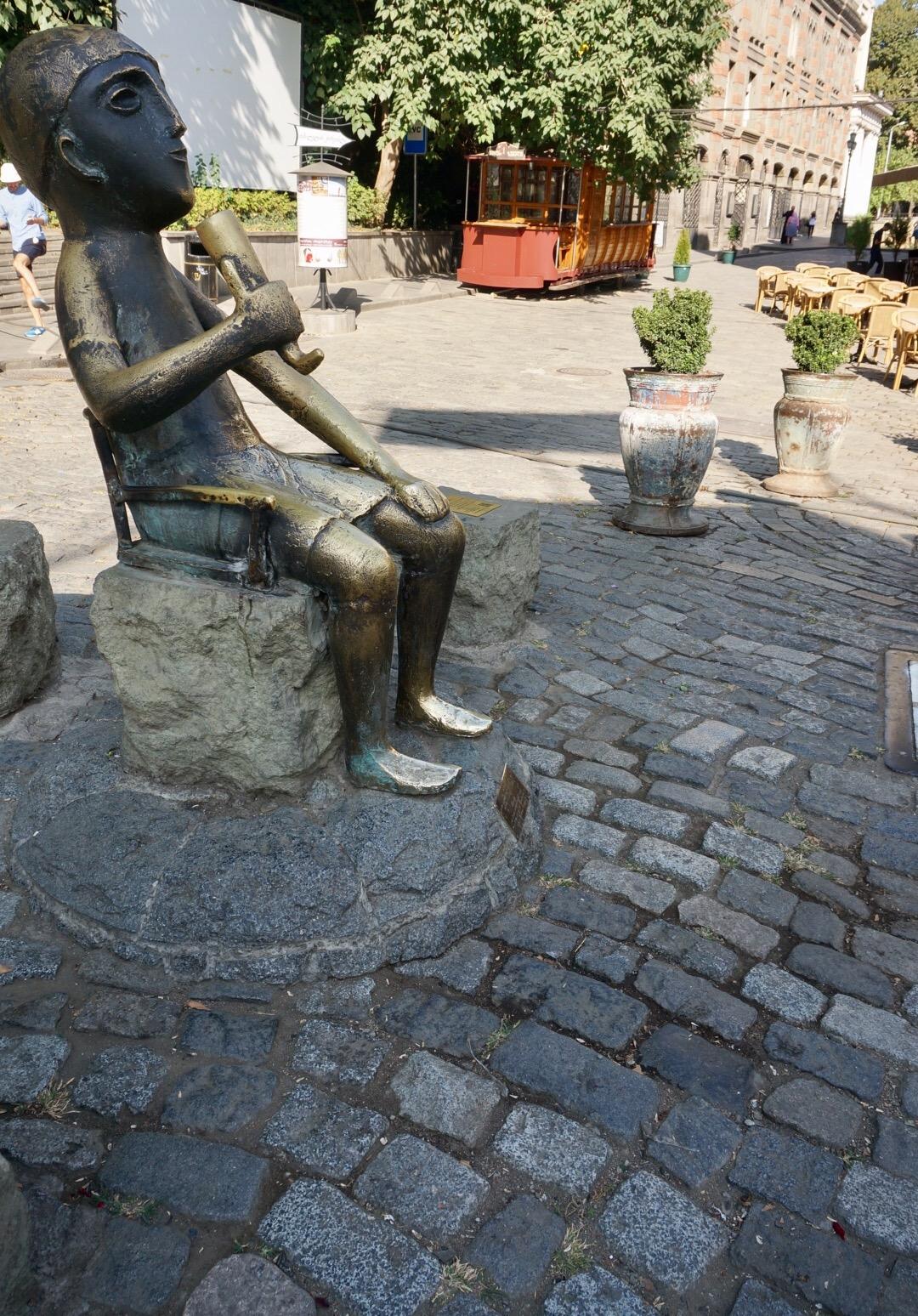"""Statue eines """"Tamada"""", Tischmeister, der das Geschehen bei einem georgischen Bankett (Supra) lenkt und Trinksprüche ausbringt."""