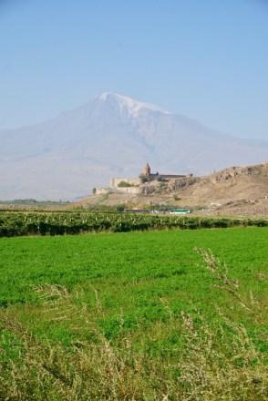 Hinter dem Kloster erhebt sich wie ein mächtiger Beschützer der heilige Berg Ararat