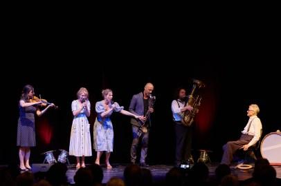 Friederike Ott und Katrin Röver - es war so wunderbar, euch wieder auf der Resi-Bühne zu erleben! Die ehemaligen Ensemblemitglieder des Residenztheaters ließen es sich nicht nehmen, zu Ehren von Alfred Kleinheinz einen von ihm selbstgeschriebenen Song zum Besten zu geben. ©Judith Buss