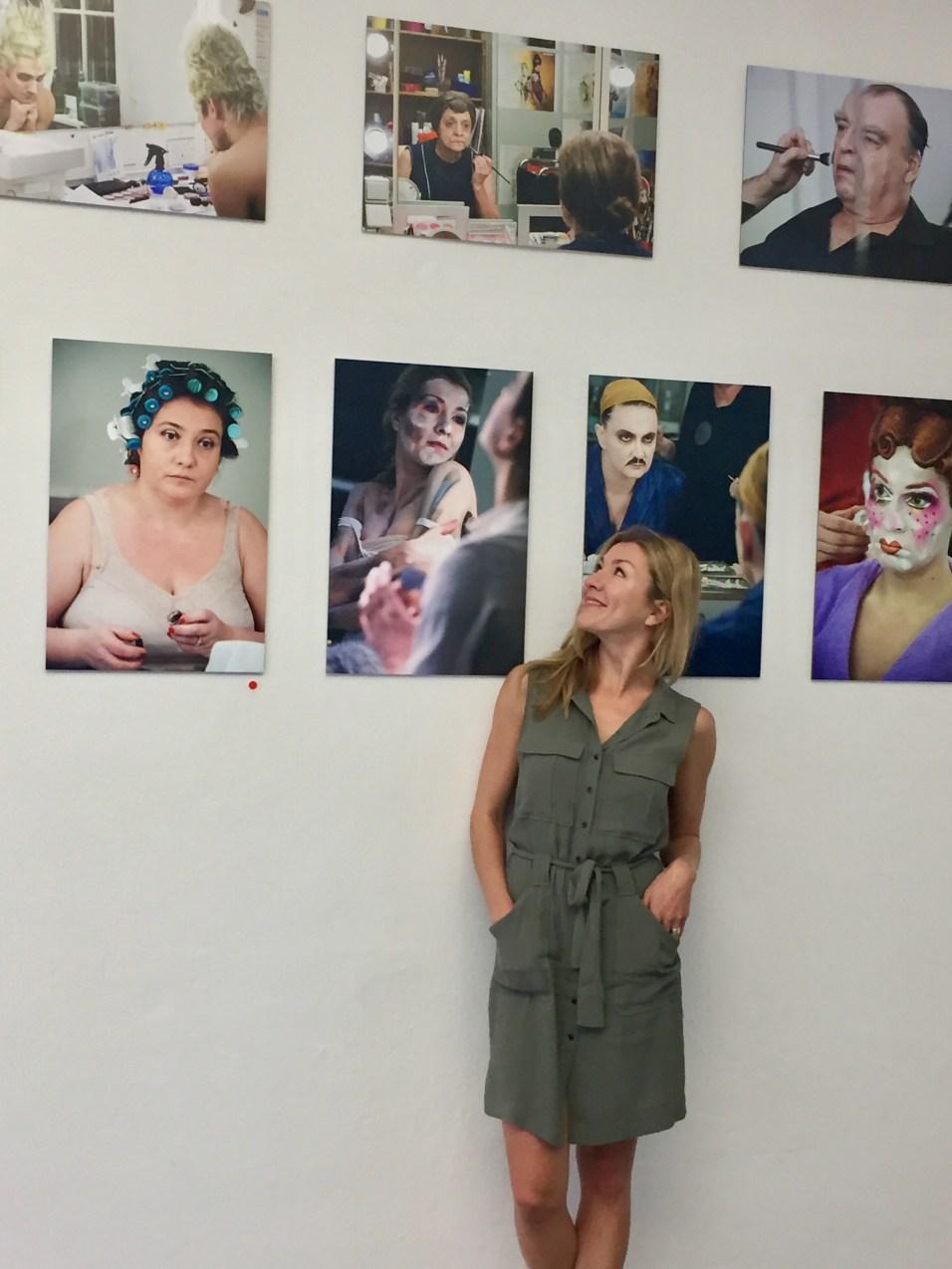 """Die Schauspielerin Genija Rykova in der Ausstellung """"Vor dem Auftritt"""" von der Fotografin Cordula Treml 2018"""