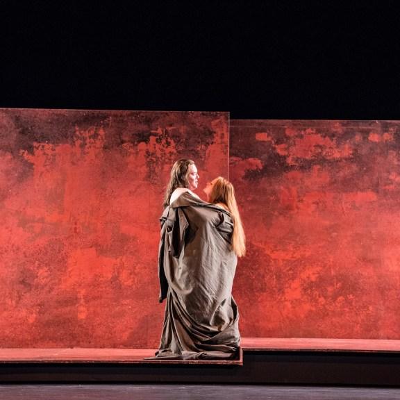 AMPHITRYON; Lustspiel von Heinrich von Kleist nach Molière; Inszenierung: Julia Hölscher; v.l. Christoph Franken, Pia Händler ©Sandra Then