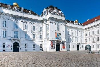 Eingang in die Nationalbibliothek vom Josefsplatz