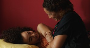 Liebevoll angespannte Mutter-Tochter-Beziehung