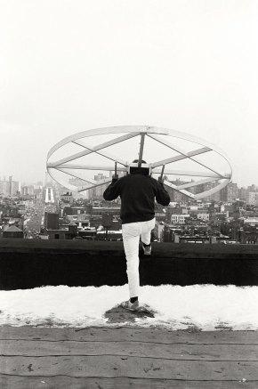 Alfons Schilling mit Sehmaschine Kleines Rad, New York 1978 Silbergelatineabzug, Foto von Janice Everett © Nachlass Alfons Schilling