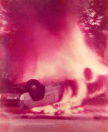 Alfons Schilling Chicago Riot, Burning Car, 1970 Linsenrasterfotografie Courtesy Fotosammlung OstLicht © Nachlass Alfons Schilling