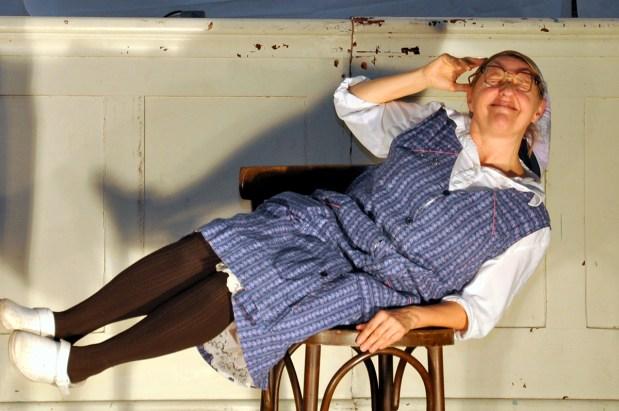"""Frau Franzi (Marika Reichhold) """"putzt"""" diesen Herbst wieder im Kosmos Theater © Ilse Teix"""