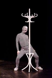 Arno Uhl entzückt als gestreiftes Schlangenwesen