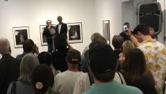 Mit Humor stellte sich der amerikanische Künstler im Rahmen der Eröffnung den Fragen aus dem Publikum