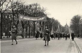 Frauentag 1947: Aufmarsch von Frauen auf dem Ring in Wien. Wienbibliothek