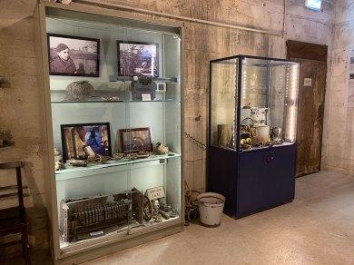 Ausstellungsansicht mit Vitrine für Sonderausstellungen