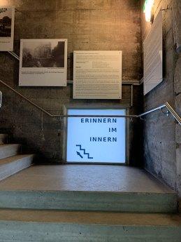 """Aufgang zum Museum """"Erinnern im Inneren"""""""