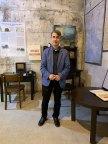 """Marcello La Speraza im Ausstellungsraum des Museums """"Erinnern im Inneren"""""""