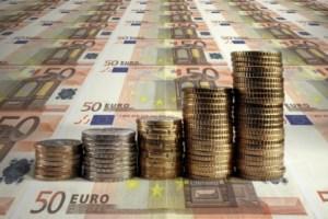 eine Menge an Geldscheinen und Münzen