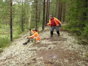 Felsökning pågår. Kan Tor-Henrik med metalldetektorn hitta de skruvar som skramlar lösa i Olofs skalle? ©Norrbottens museum. Foto Carina Bennerhag