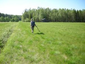 Arkeolog Åsa Lindgren går med metalldetektor i samband med en specialinventering i Sangis 2011. Fotograf: Carina Bennerhag © Norrbottens museum, acc nr 2011_129_022