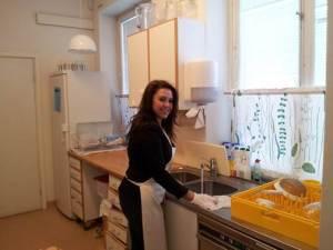 Tania från receptionen städar till lite i köket efter morgonens tillagning av baguetter. Fotograf: Jimmy Renlund © Norrbottens museum
