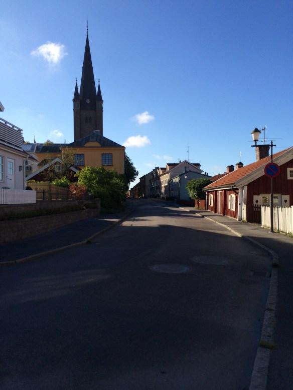 Gatubild från Mariestad med Domkyrkan i bakgrunden. Foto: Jennie Björklund © Norrbottens museum.