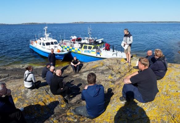 4. Genomgång med polisens dykare på Norrskär inför dykningarna på Resande Mannen.