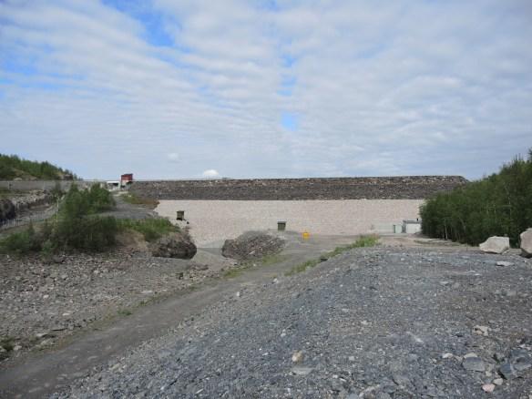 Dammen som reglerar sjön Sädvajaure, vid Ringselet.