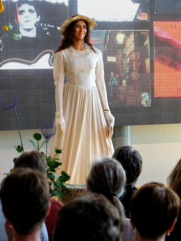 Mannekäng i vit klänning