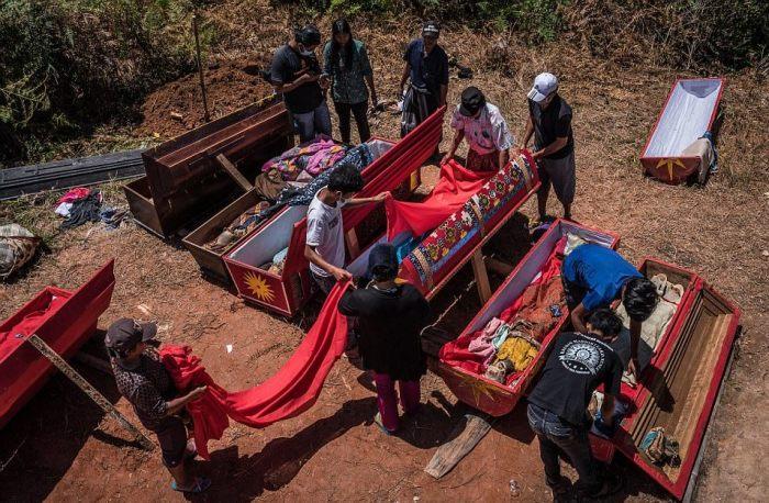 Церемония вскрытия гробов.