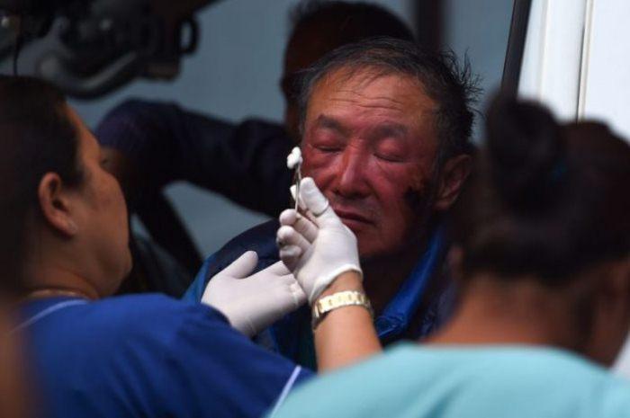 Ся Бойю оказывают медицинскую помощь после успешного восхождения 14 мая 2018 года.