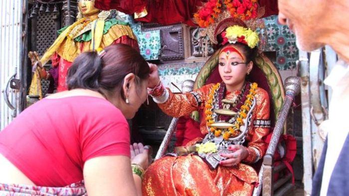 Богиня кумари благословляет прихожан.