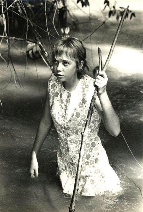 Несколько дней девочке пришлось идти вдоль ручья в надежде встретить людей.