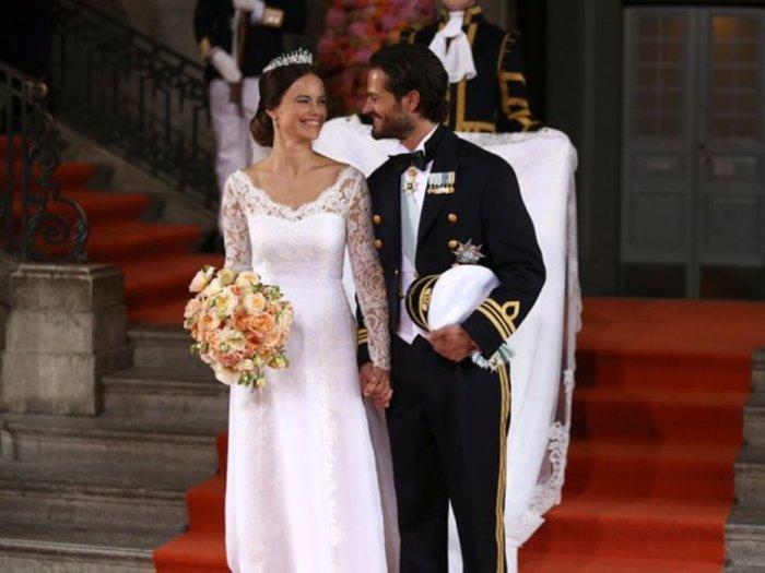 Принц Карл Филипп из Швеции со своей женой принцессой Софией после церемонии бракосочетания в 2015 году.