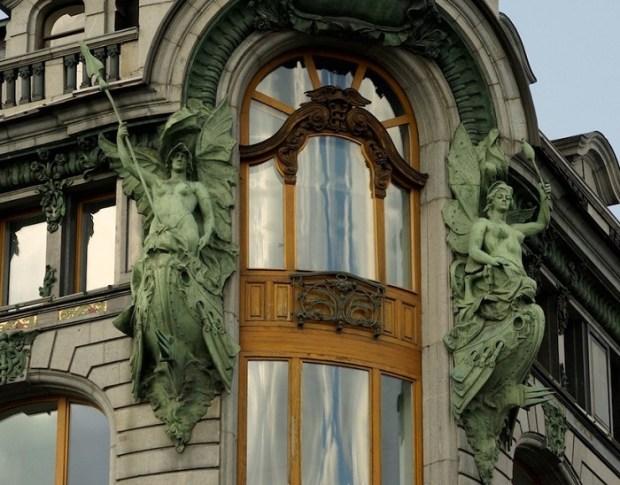 Скульптурная группа на доме Зингера