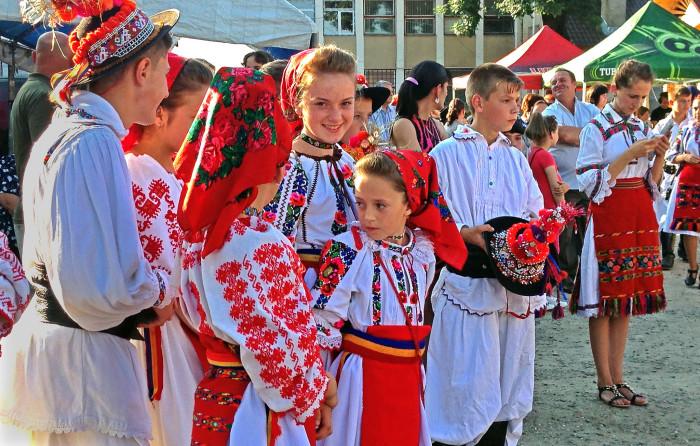 Румыны в национальной одежде./Фото: trbimg.com