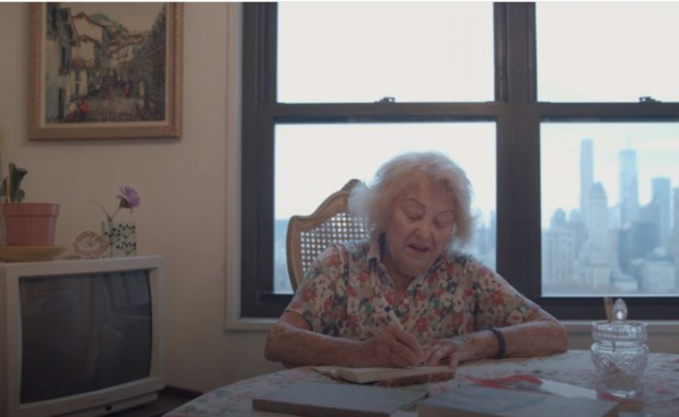 Она без устали пишет тексты для своих метал-песен. /Кадр из фильма Death Metal Grandma, nytimes.com