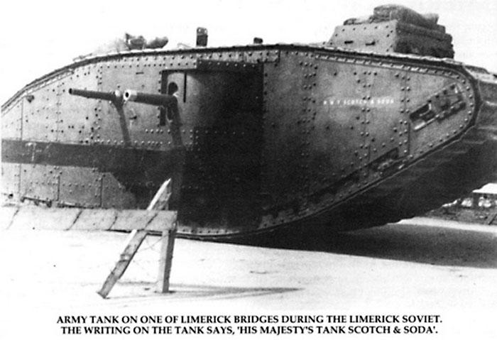 Британский танк блокирует въезд в Лимерик.