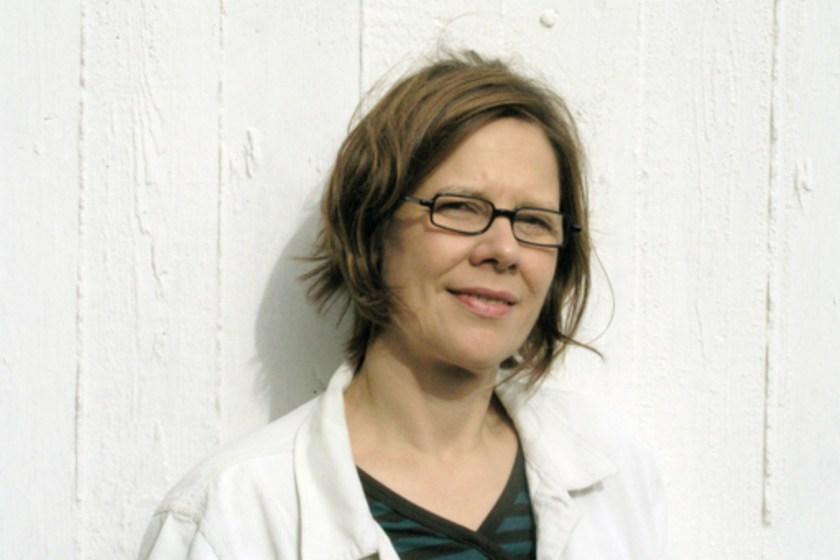 Portraitaufnahme der Künstlerin Francis Zeischegg vor einer weißen Wand