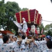 布団太鼓の高らかな響きが、神輿の巡幸を平野郷に知らせる