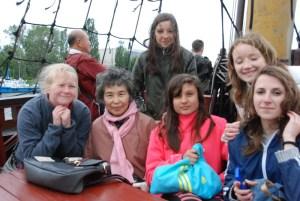 船上の若者たちと妻