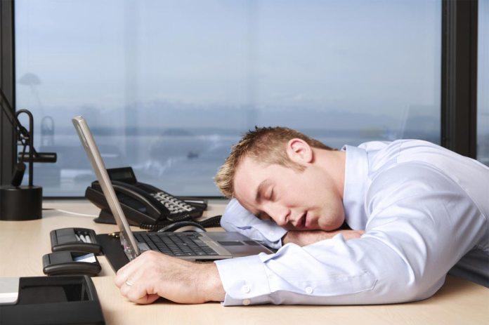 усталый сотрудник