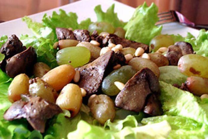 Салат с куриной печенкой и виноградом