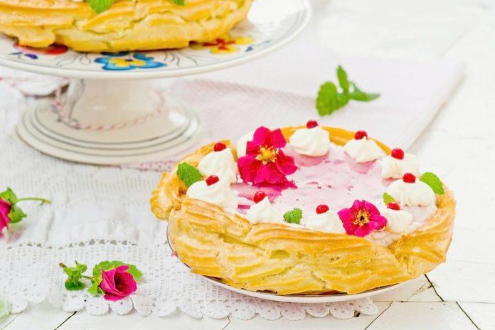 Торт из заварного теста с ягодным кремом